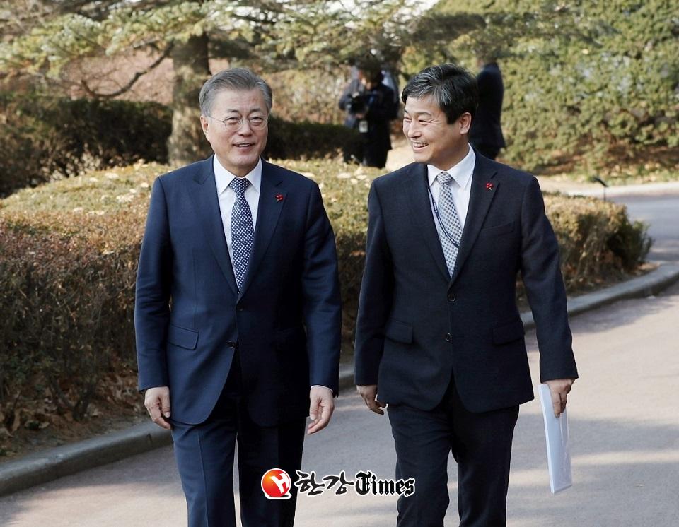 청와대 정책조정비서관 시절 문재인 대통령과 김영배 예비후보