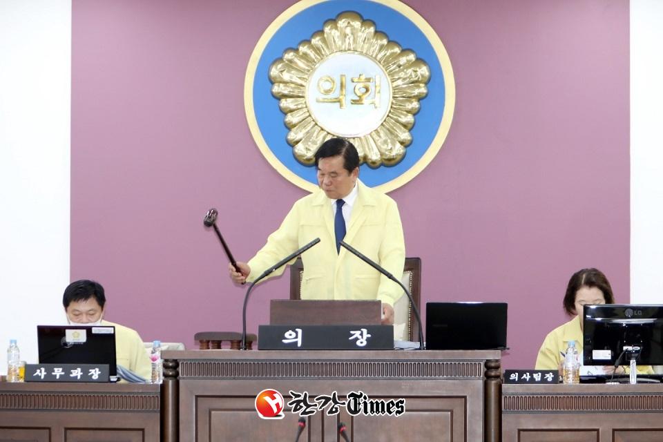 조영훈 의장이 본회의를 개회하고 예산과 조례안 등 안건을 처리하고 있다.