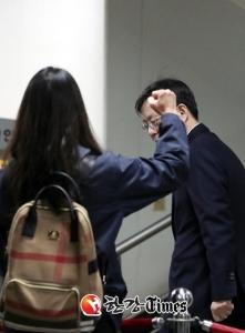 [한강T-포토] 응원 받는 우병우, 살짝 당황·놀람